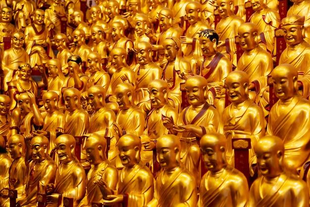 Gouden beelden van de lohans in longhua temple in shanghai, china. Premium Foto
