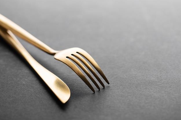 Gouden bestek ingesteld op zwart Gratis Foto