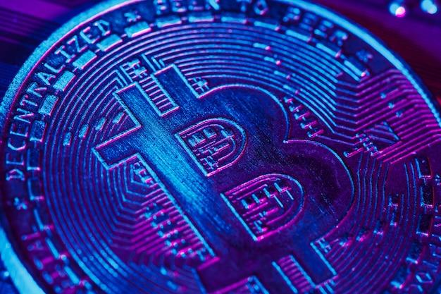 Gouden bitcoin en computerchip erin Premium Foto