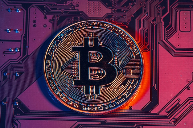 Gouden bitcoin en computerchip Premium Foto