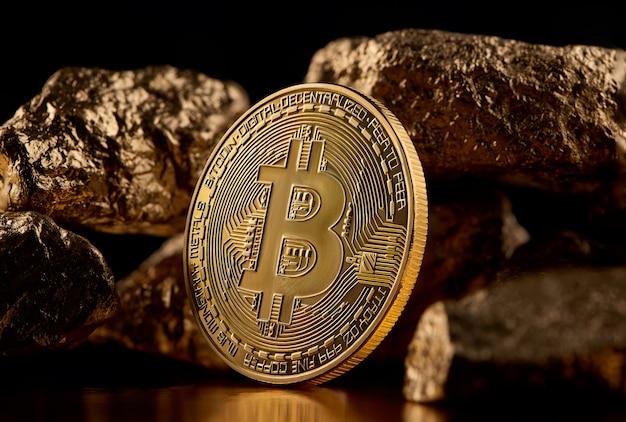 Gouden bitcoin en gouden stukken die futuristische wereldtendensen vertegenwoordigen die beide op zwarte achtergrond worden geïsoleerd Premium Foto