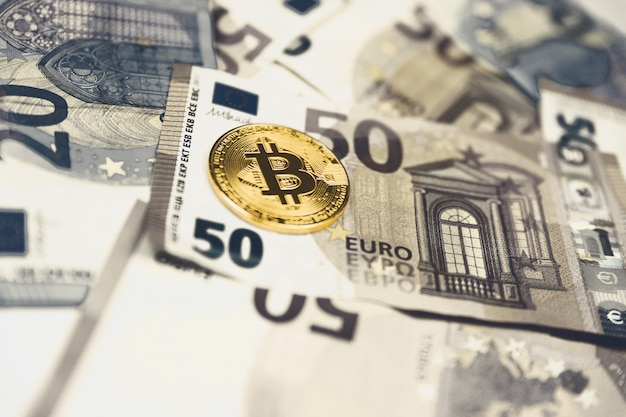 Gouden bitcoin euro achtergrond. bitcoin cryptocurrency. Premium Foto