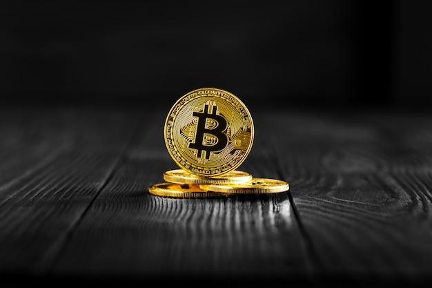 Gouden bitcoin-geld op houten lijst. elektronische crypto-valuta Premium Foto