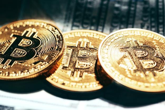 Gouden bitcoin munten op papiergeld Premium Foto