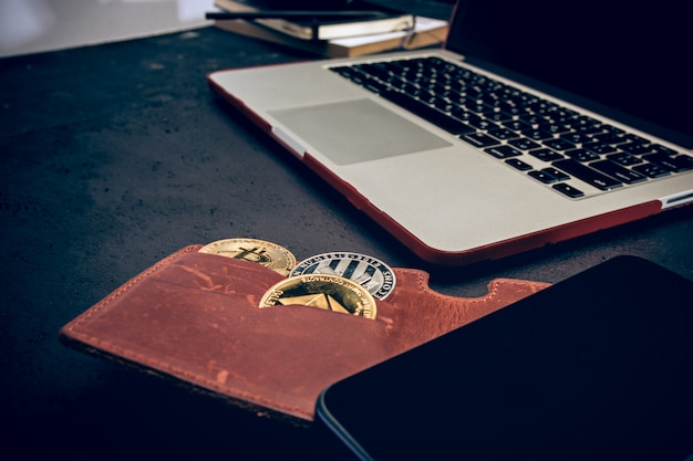 Gouden bitcoin, telefoon, toetsenbord Gratis Foto