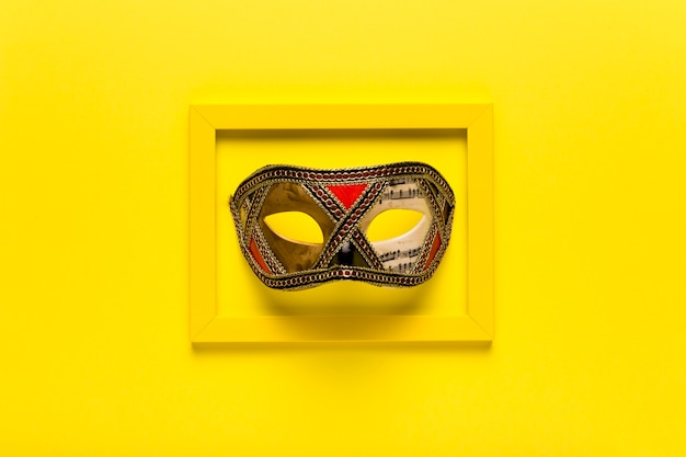 Gouden carnaval masker in geel frame Gratis Foto