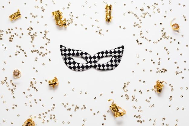 Gouden confetti frame en masker Gratis Foto