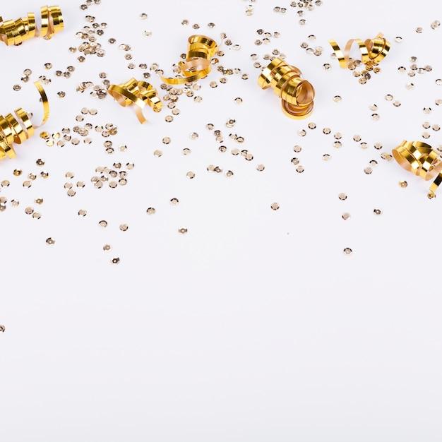 Gouden confetti frame en witte achtergrond Gratis Foto