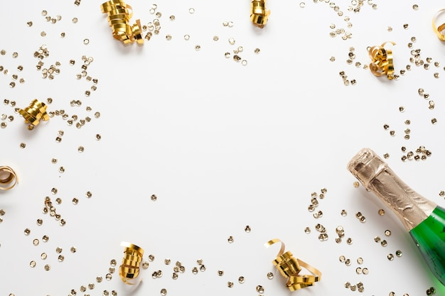 Gouden confetti frame met champagnefles Gratis Foto