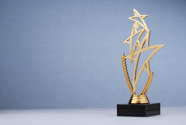 Gouden drievoudige teervormige trofee voor het belonen Premium Foto