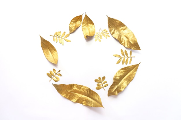 Gouden droge die laurierbladeren op witte achtergrond worden geïsoleerd Premium Foto