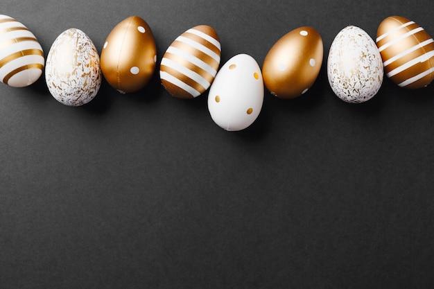 Gouden eieren op zwarte achtergrond Gratis Foto