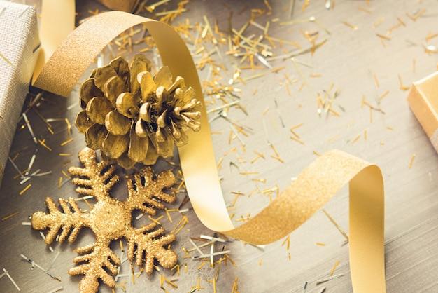 Gouden flikkering die kerstmis punten op houten achtergrond verfraait Premium Foto