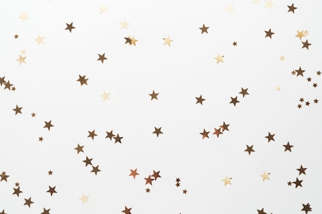 Gouden glitter, confetti sterren geïsoleerd op wit. kerstmis, feest of birthdau achtergrond. Premium Foto