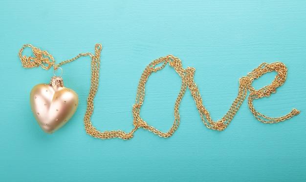 Gouden hart met gouden ketting Premium Foto