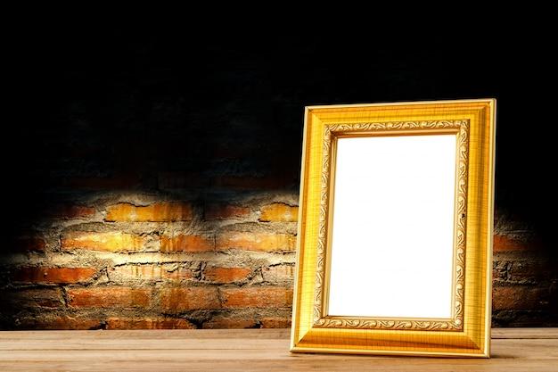 Houten Planken Tegen De Muur.Gouden Houten Fotolijst Houten Planken Tegen Stenen Muur Foto