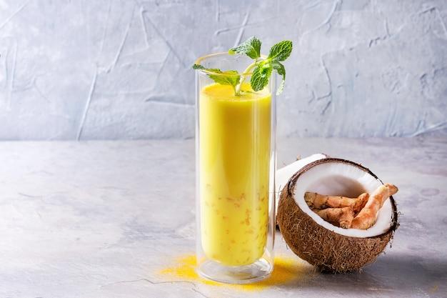 Gouden ijskoude latte kurkuma Premium Foto