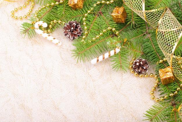 Gouden kerstmislint, ballen en parels op groene pijnboomtak Premium Foto