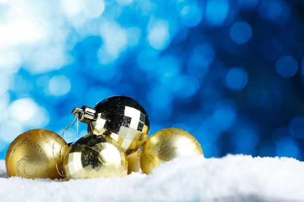 Gouden kerstversiering bos van sierlijke kerstbal Premium Foto