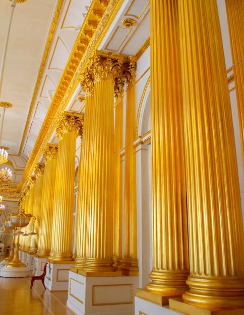 Gouden kolommen in het winterpaleis, sint-petersburg. Premium Foto