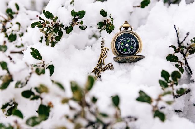 Gouden kompas verloren in de sneeuw. besneeuwde landschap. Premium Foto