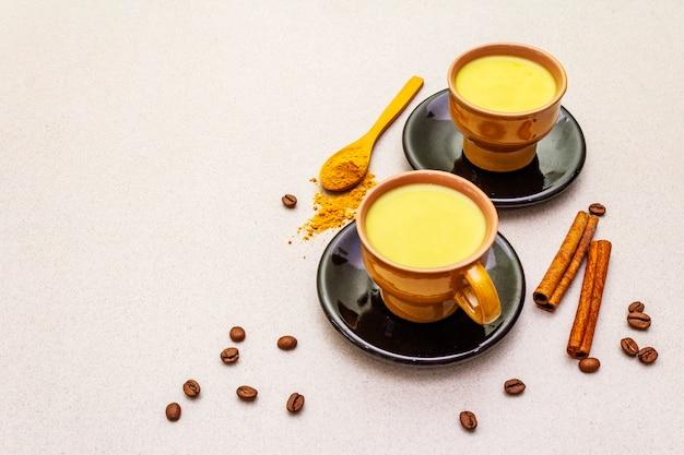 Gouden kurkuma kaneelkoffie latte Premium Foto