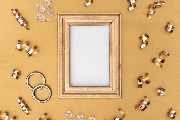 Gouden lijst met verschillende decoraties Gratis Foto