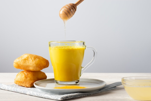 Gouden melk met kurkuma en honing, een traditionele indiase drank Premium Foto