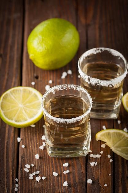Gouden mexicaanse tequila met limoen Premium Foto