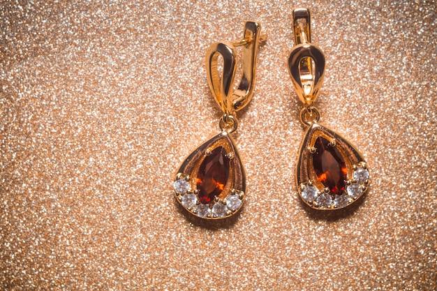Gouden oorbellen met granaat Premium Foto