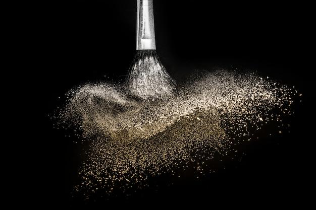 Gouden poederplons en borstel Premium Foto