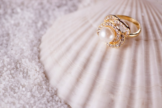 Gouden ring en zeeschelp Premium Foto