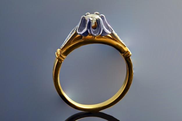 Gouden ring in wit en geel goud met diamanten op een met een verloop en reflectie. sieraden productie Premium Foto