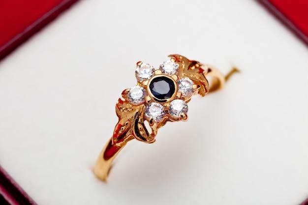 Gouden ring met enchased witte en blauwe zirkonia Premium Foto