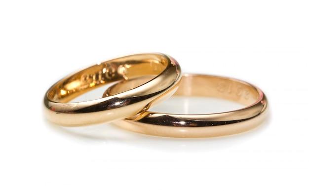 Gouden ringen die op witte achtergrond worden geïsoleerd Premium Foto