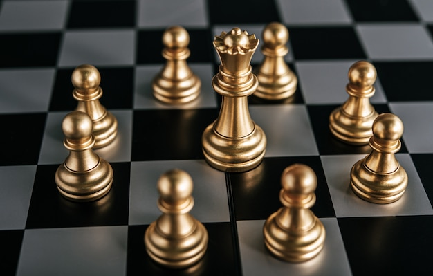 Gouden schaken op schaakbordspel voor bedrijfsconcept metafoor leiderschap Gratis Foto