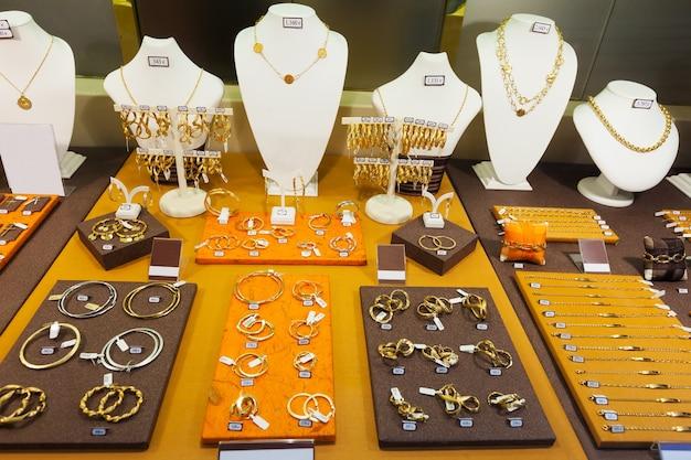 Gouden sieraden in etalage Gratis Foto