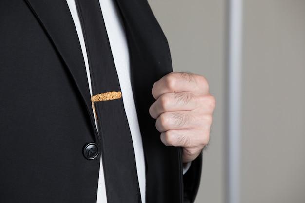 Gouden speld op de das van een man Gratis Foto