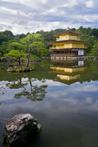 Gouden tempel in de buurt van prachtig meer Premium Foto