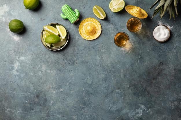 Gouden tequila met limoen en zout, plat liggend Premium Foto