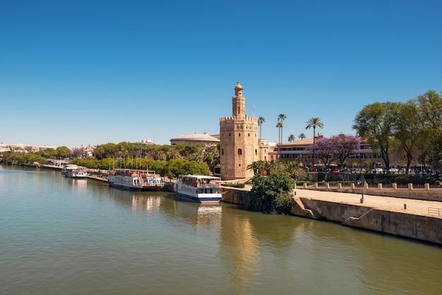 Gouden toren torre del oro langs de rivier guadalquivir, sevilla andalusië, spanje. Premium Foto