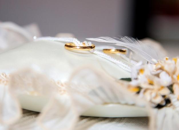 Kussen Wit 17 : Gouden trouwringen op wit kussen foto premium download