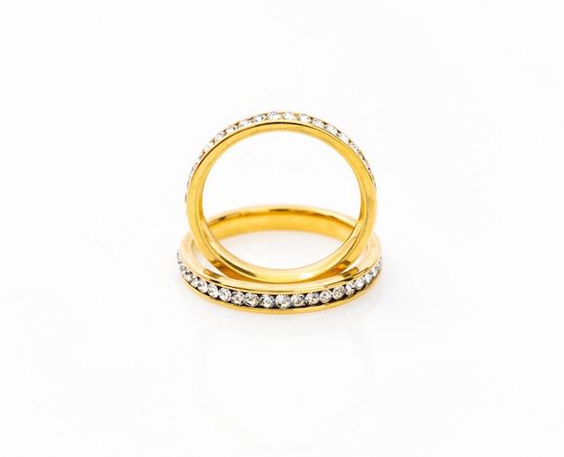 Gouden trouwringen op wit Premium Foto