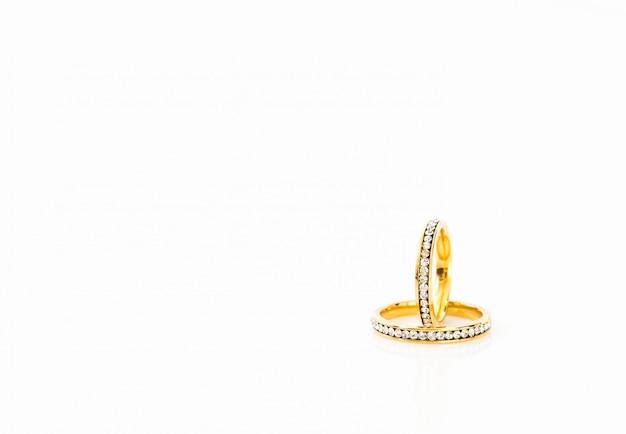Gouden trouwringen op witte achtergrond Premium Foto