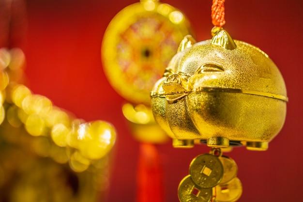Gouden varkens op een rode achtergrond Premium Foto