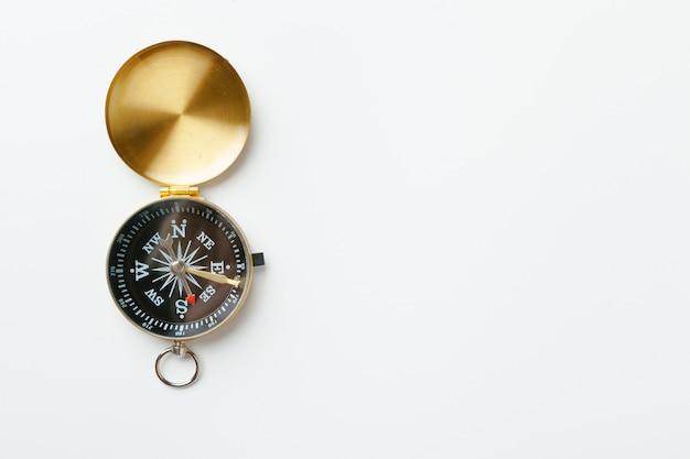 Gouden vintage kompas geïsoleerd op een witte achtergrond Premium Foto
