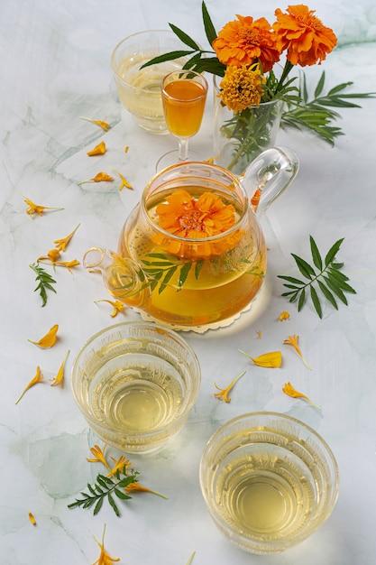 Goudsbloem, citroen, honing kruidenthee behandeling concept. Gratis Foto