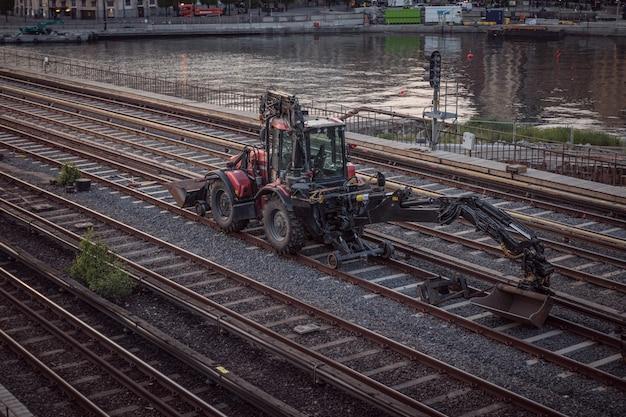 Graafmachines machine opgraven op het spoor Premium Foto