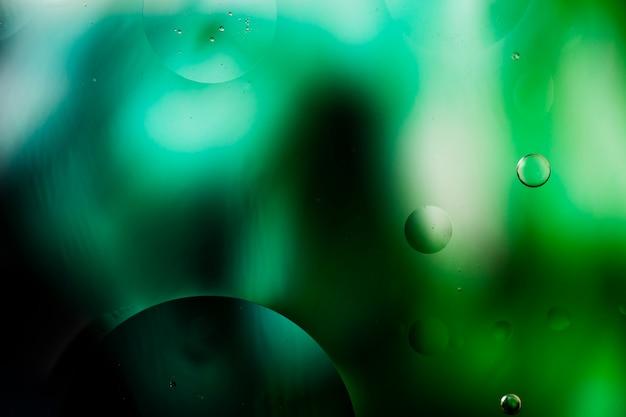Gradiëntkleurabstractie vergezeld van transparante vloeistofbellen Gratis Foto