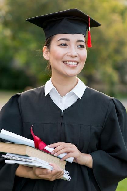 Graduatieconcept met portret van gelukkige vrouw Gratis Foto
